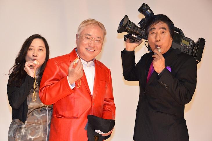 「M/村西とおる狂熱の日々(完全版)」前夜祭舞台挨拶の様子。左から西原理恵子、高須克弥、村西とおる。