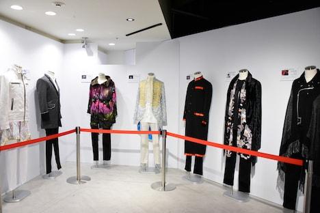 写真展「15th Anniversary SUPER HANDSOME MUSEUM」の様子。