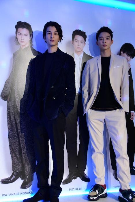 等身大写真と記念撮影する渡邊圭祐(左)と鈴木仁(右)。