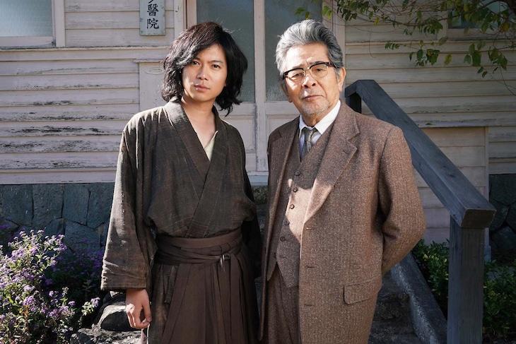 左から加藤シゲアキ演じる金田一耕助、古谷一行演じる磯川常次郎。