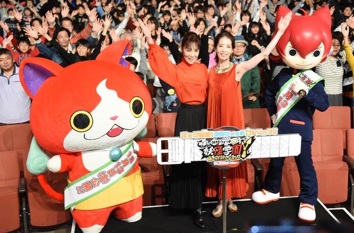 「映画 妖怪学園Y 猫はHEROになれるか」完成披露舞台挨拶の様子。左からジバニャン、未唯mie、増田惠子、寺刃ジンペイ。