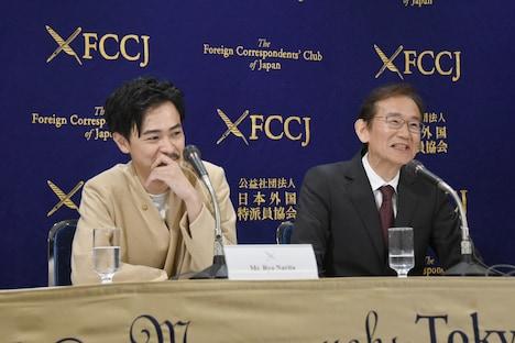 周防正行(右)の「タイプだった」発言に照れ笑いをする成田凌(左)。
