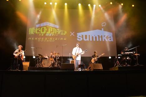 sumikaのライブの様子。