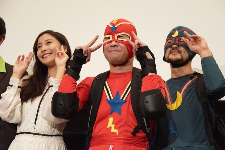 「魔法少年☆ワイルドバージン」公開記念舞台挨拶の様子。左から佐野ひなこ、前野朋哉、芹澤興人。