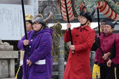 龍踊りをしながら登場する安藤なつ(左)とカズレーザー(右)。