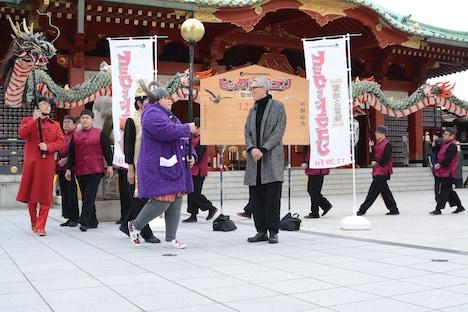 龍踊りを見つめる松重豊(中央)。