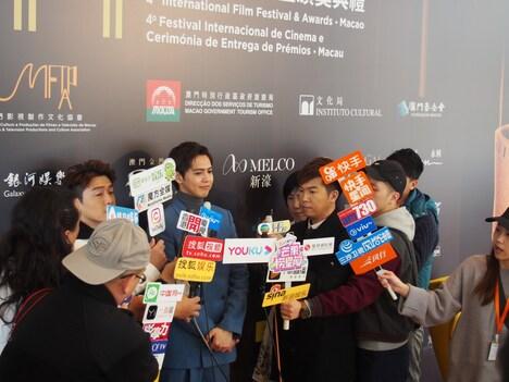 第4回マカオ国際映画祭のレッドカーペットに参加した片寄涼太(中央)。