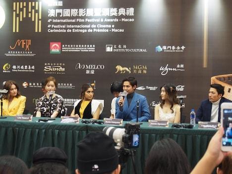 第4回マカオ国際映画祭の記者会見に参加した片寄涼太(中央右)。