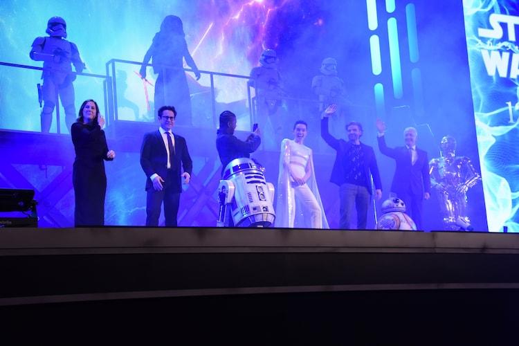 キャスト・スタッフがステージに登場した際の様子。