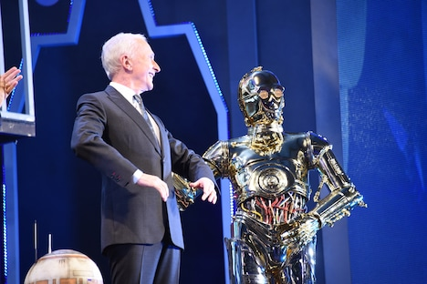 左からアンソニー・ダニエルズ、C-3PO。