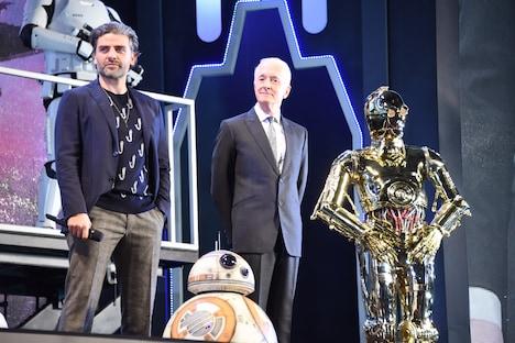 奥左からオスカー・アイザック、アンソニー・ダニエルズ、C-3PO。手前はBB-8。