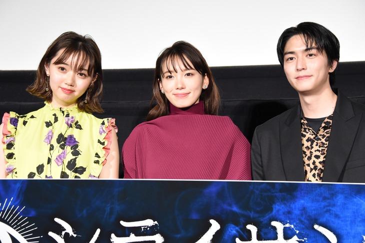 「シライサン」舞台挨拶の様子。左から江野沢愛美、飯豊まりえ、稲葉友。