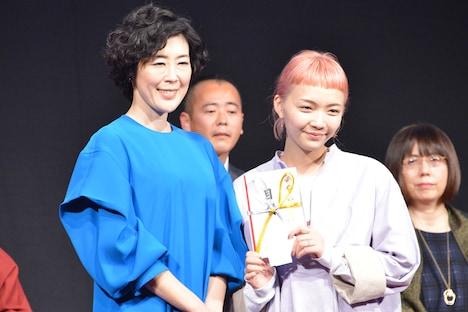 左から寺島しのぶ、「ヨンチンの成長日記(仮題)」で審査員特別賞を受賞したJo Motoyo。