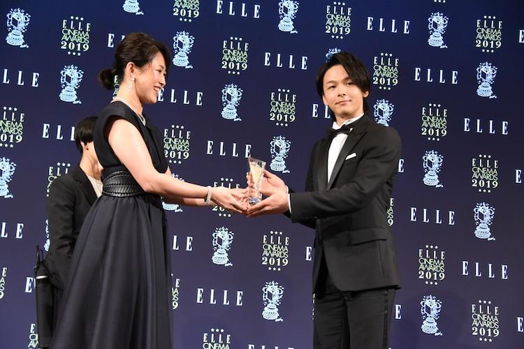 手前左からELLE編集長の坂井佳奈子、中村倫也。