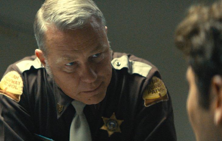 「テッド・バンディ」より、ジェイムズ・ヘットフィールド演じるボブ・ヘイワード巡査。