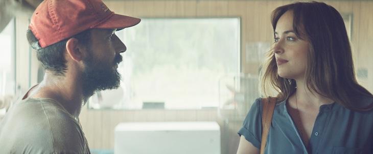 「ザ・ピーナッツバター・ファルコン」より、シャイア・ラブーフ演じるタイラー(左)とダコタ・ジョンソン演じるエレノア(右)。