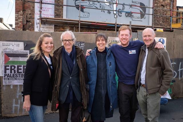 左からキャストのデビー・ハニーウッド、監督のケン・ローチ、プロデューサーのレベッカ・オブライエン、キャストのクリス・ヒッチェン、脚本家のポール・ラヴァティ。