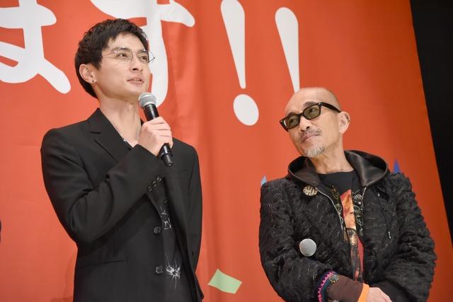 左から高良健吾、竹中直人。