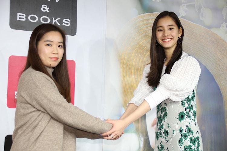 ファンと握手をする新木優子(右)。