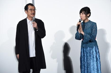 左から吉田鋼太郎、佐倉綾音。