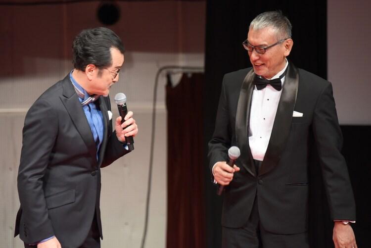 福本伸行(右)に、「カイジ ファイナルゲーム」と「おっさんずラブ」を混同した発言を謝罪する吉田鋼太郎(左)。