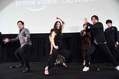決めポーズを披露した(左から)中村浩二、宮原華音、出合正幸。