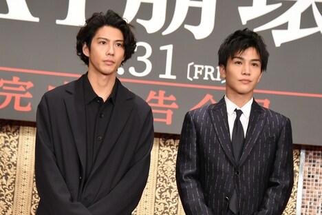 左から賀来賢人、岩田剛典。
