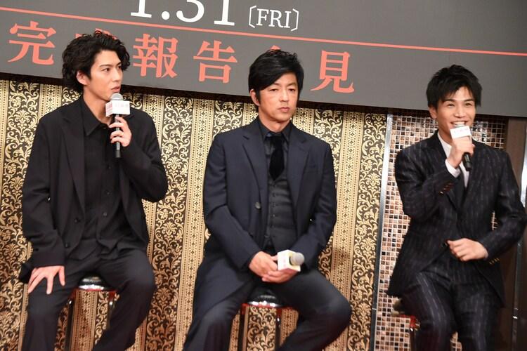 岩田剛典(右)について話す賀来賢人(左)。