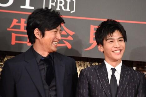 左から大沢たかお、岩田剛典。