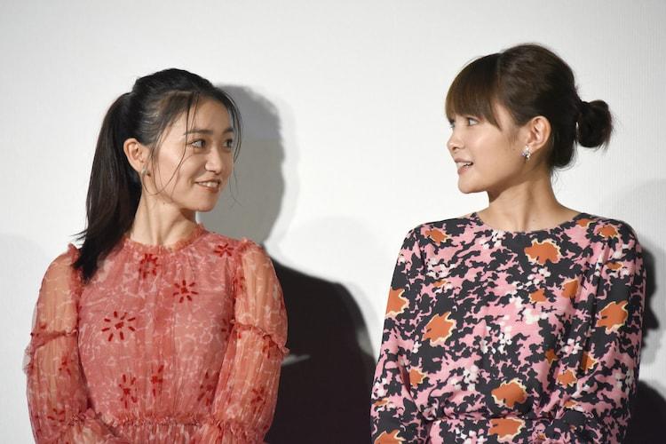 左から大島優子、葵わかな。
