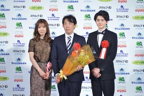 左から松岡茉優、石川慶、鈴鹿央士。