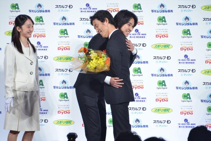 抱き合う佐藤信介(右)と山崎賢人(左)。
