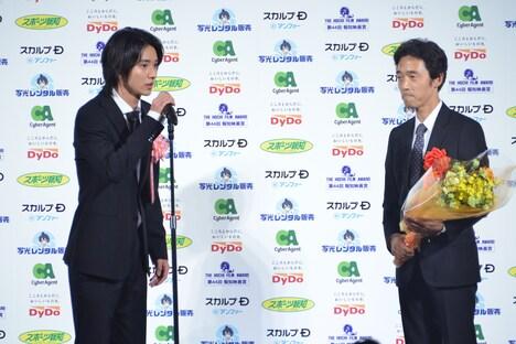 左から山崎賢人、佐藤信介。