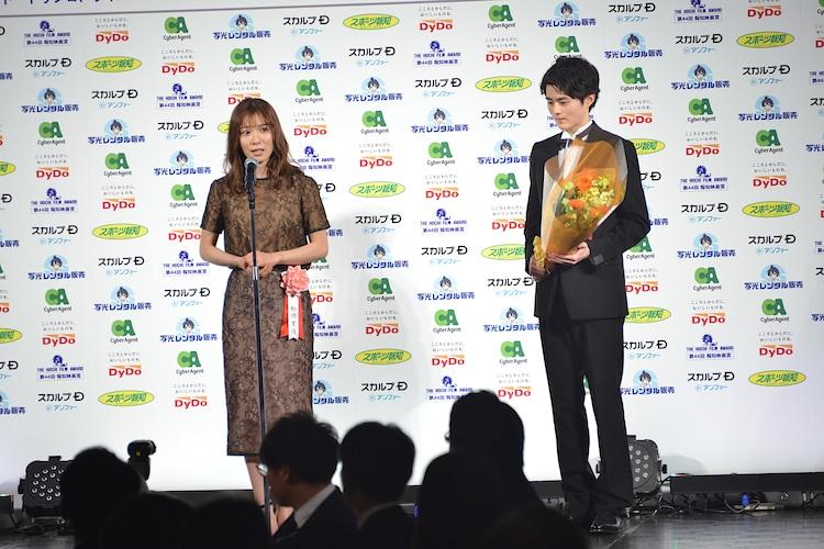 左から松岡茉優、鈴鹿央士。