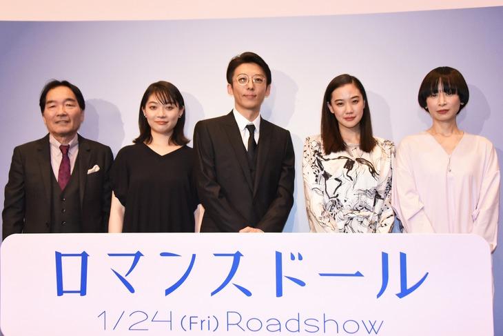 「ロマンスドール」完成披露試写会の様子。左からきたろう、三浦透子、高橋一生、蒼井優、タナダユキ。