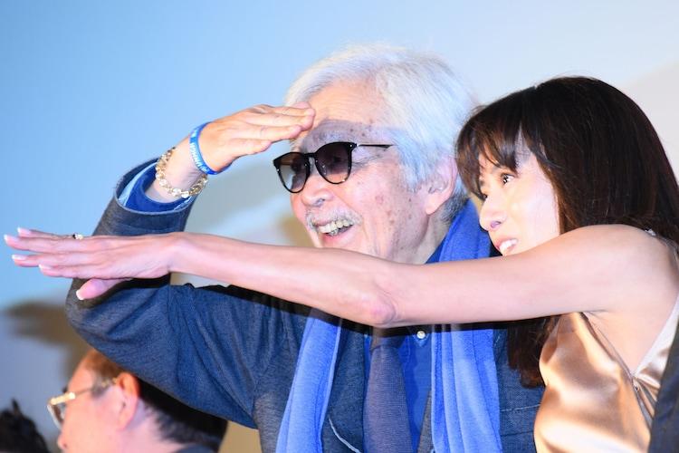 客席を眺める山田洋次(左)と後藤久美子(右)。