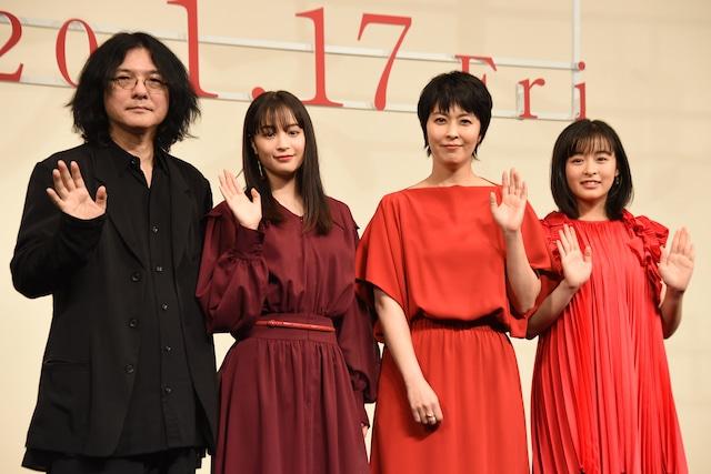 「ラストレター」の完成披露舞台挨拶の様子。左から岩井俊二、広瀬すず、松たか子、森七菜。