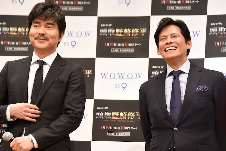 小澤征悦(左)に「都市伝説だと思ってた」と言われ、笑う織田裕二(右)。