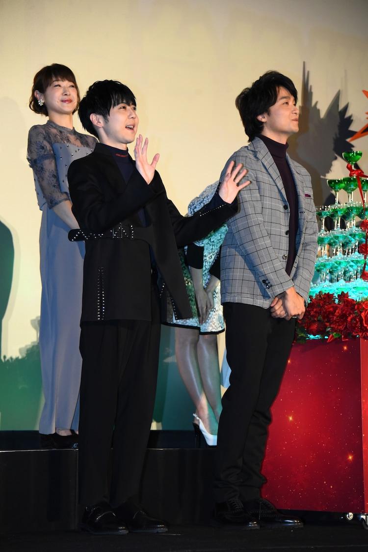 左から寺崎裕香、梶裕貴、井上芳雄。
