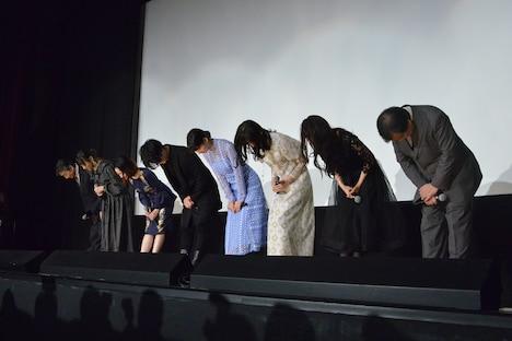 客席に深々と礼をする登壇者たち。左から牛山茂、新谷真弓、潘めぐみ、細谷佳正、のん、岩井七世、尾身美詞、片渕須直。