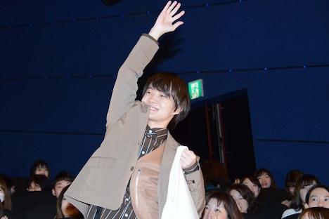 観客にプレゼントを投げた神木隆之介。