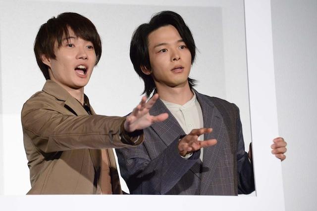 フォトセッションでびっくりした表情を作る神木隆之介(左)と中村倫也(右)。