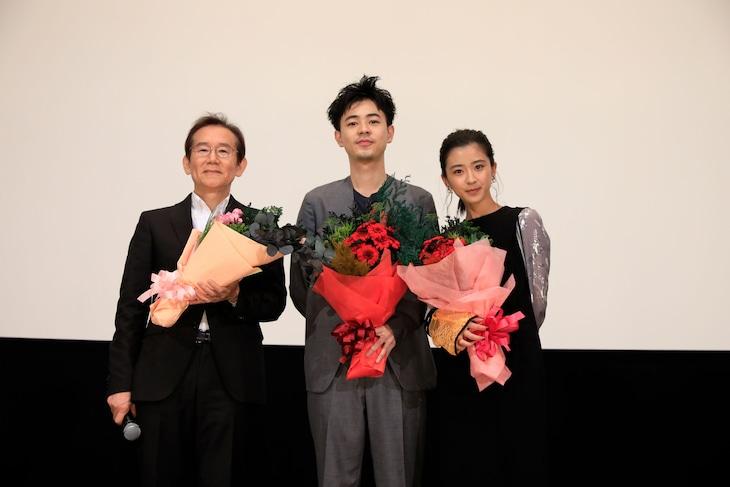 「カツベン!」舞台挨拶にて、左から周防正行、成田凌、黒島結菜。