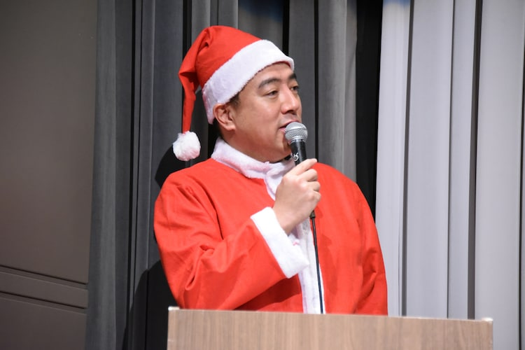 サンタクロースの衣装を松村沙友理にからかわれる佐野瑞樹アナウンサー。