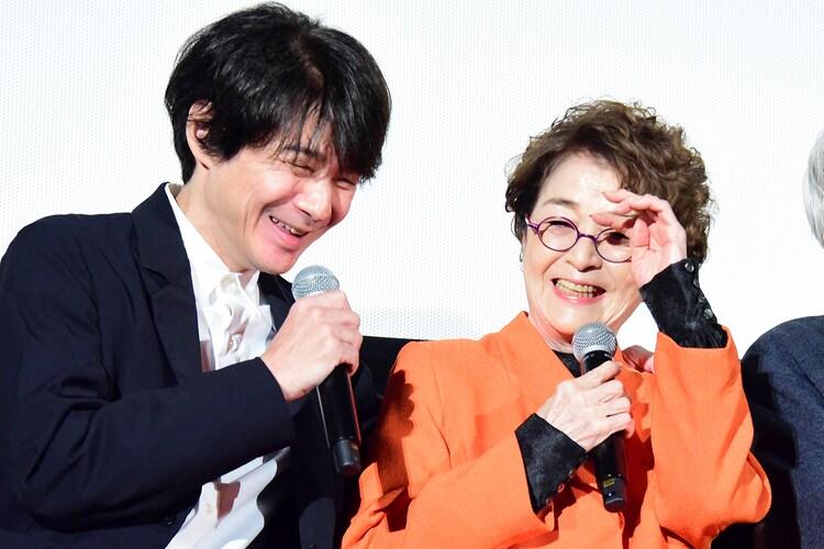 涙を浮かべる倍賞千恵子(右)の肩を抱く吉岡秀隆(左)。
