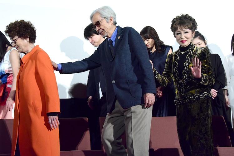 連れ立って退場する倍賞千恵子(左)、山田洋次(中央)、浅丘ルリ子(右)。