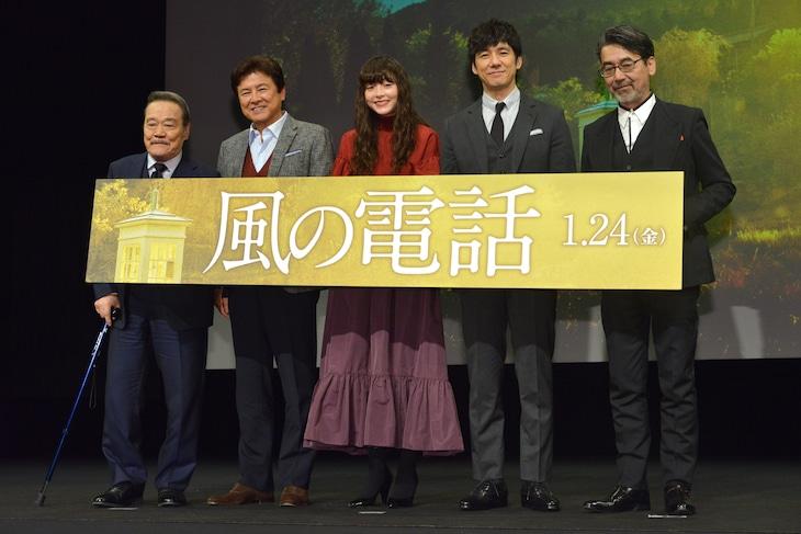 「風の電話」完成披露試写会の様子。左から西田敏行、三浦友和、モトーラ世理奈、西島秀俊、諏訪敦彦。