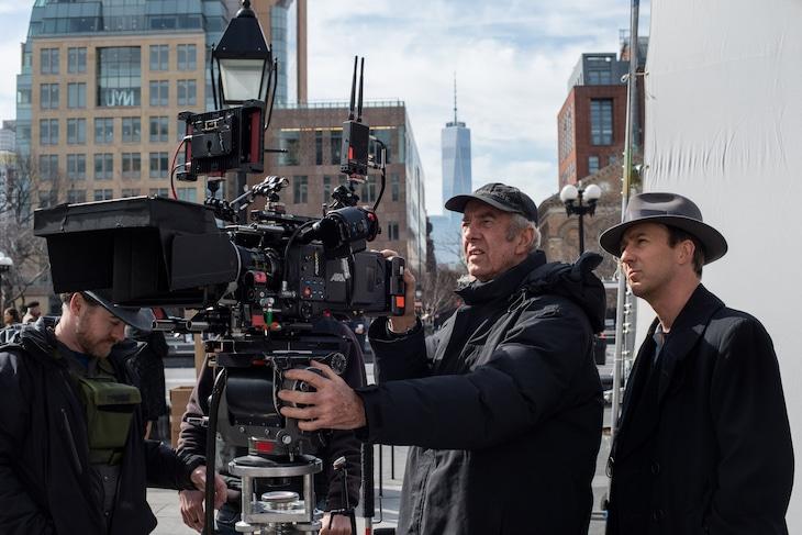 エドワード・ノートン(右)と撮影監督のディック・ポープ(中央)。