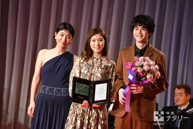 左から安藤サクラ、松岡茉優、鈴鹿央士。