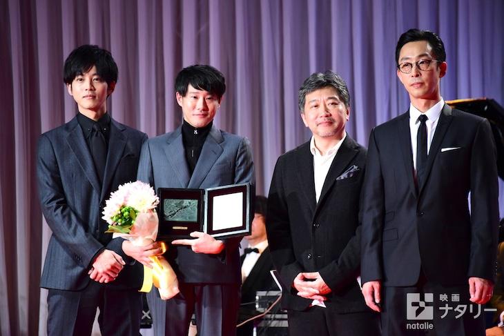 第32回日刊スポーツ映画大賞の表彰式にて、左から松坂桃李、藤井道人、是枝裕和、北村有起哉。